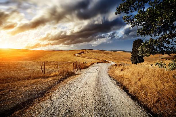 country road até os campos da toscana - estrada em terra batida - fotografias e filmes do acervo