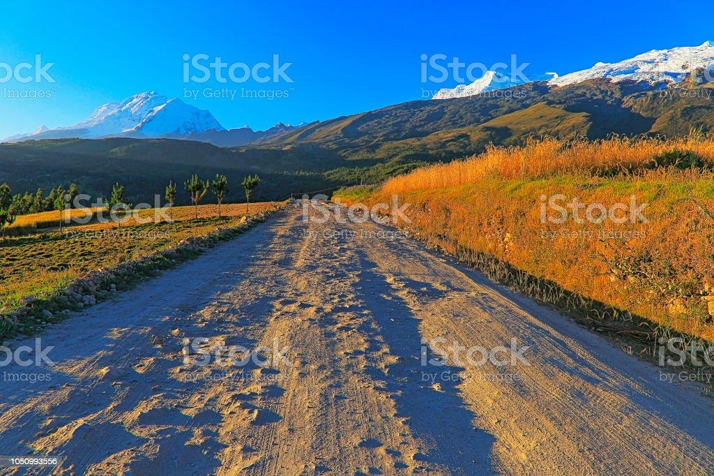 Estrada de país para a Copa e Huascaran, na Cordilheira Blanca ao pôr do sol - Ancash, Peru - foto de acervo