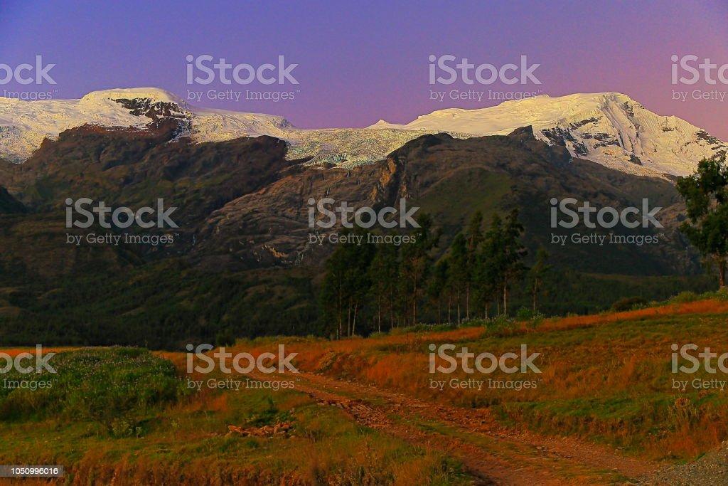 Estrada do país para a Copa de montanhas na Cordilheira Blanca ao pôr do sol - Ancash, Peru - foto de acervo