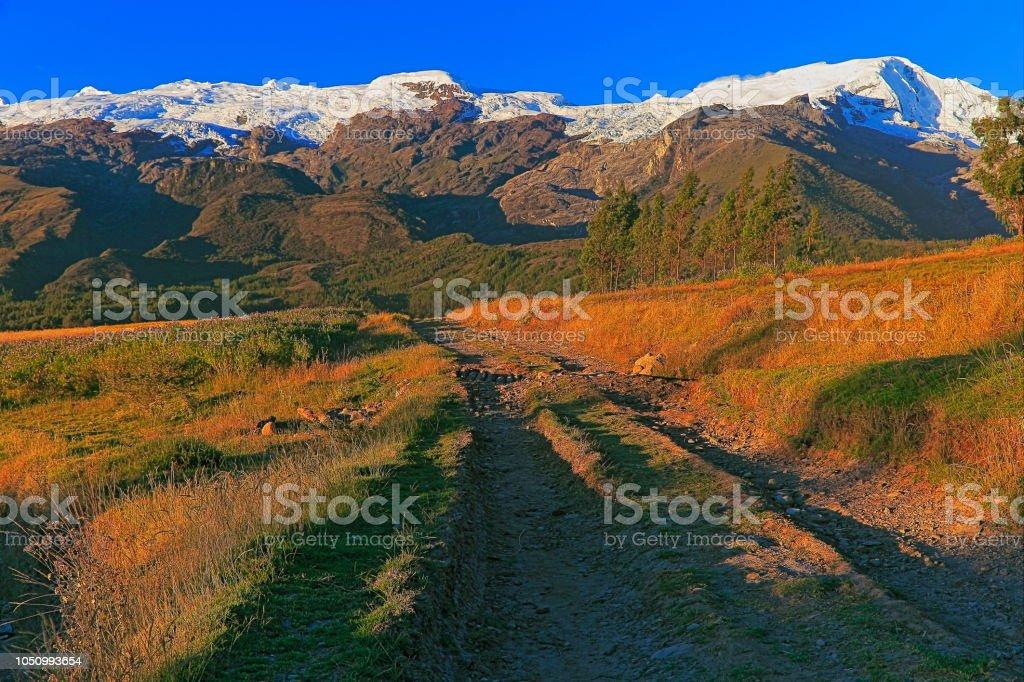 Estrada rural para Copa cobertas de neve na Cordilheira Blanca, ao pôr do sol - Ancash, Peru - foto de acervo