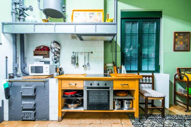 land haus küche - küche rustikal gestalten stock-fotos und bilder