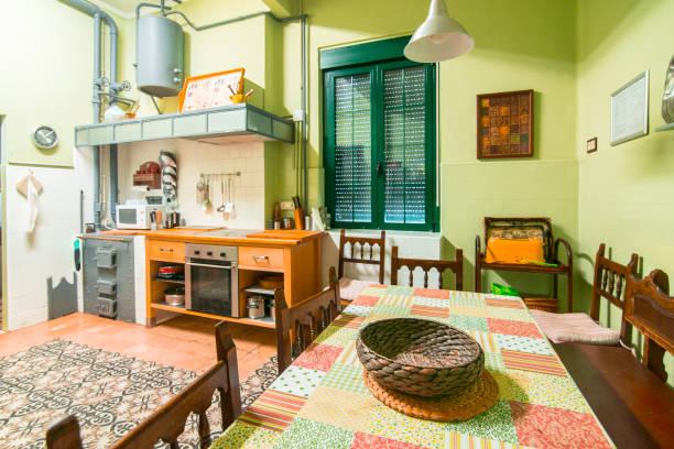 land haus küche - küche italienisch gestalten stock-fotos und bilder