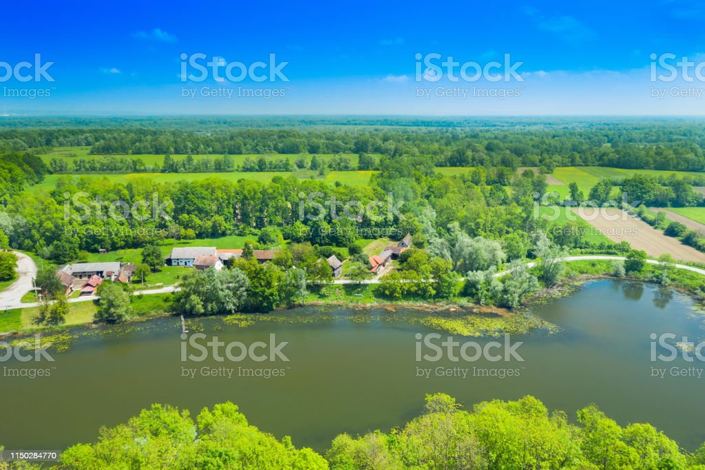 自然公園の田園風景 Lonjsko ポリエクロアチア - クロアチアのストック ...