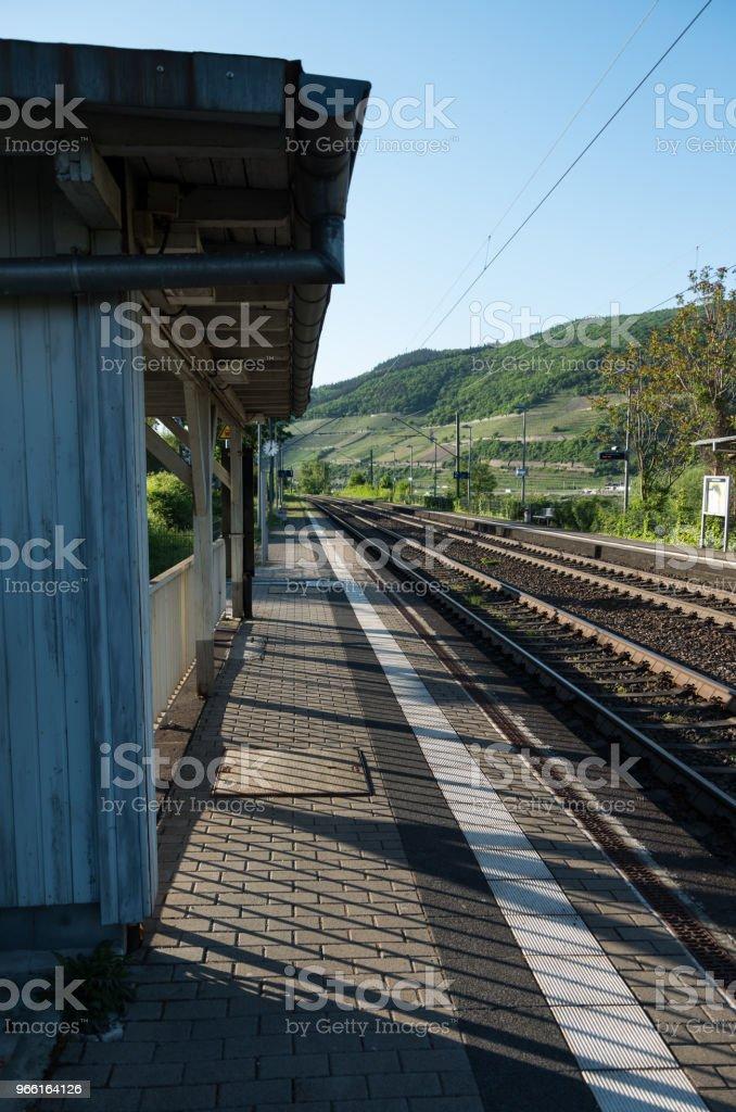 Countryside train station platform - Foto stock royalty-free di Acciaio