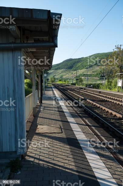 Piattaforma Della Stazione Ferroviaria Di Campagna - Fotografie stock e altre immagini di Acciaio