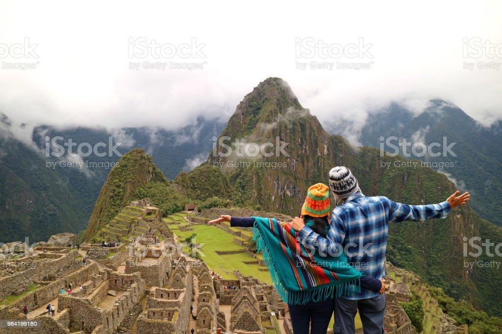 Paar, bewundern Sie die spektakuläre Aussicht auf Machu Picchu, Cusco Region, Provinz Urubamba, Peru, archäologische Stätte, UNESCO-Welterbe – Foto