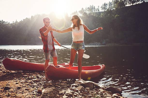Couple en kayak sur le lac - Photo
