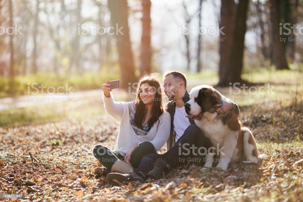 Ehepaar und Hund im park – Foto