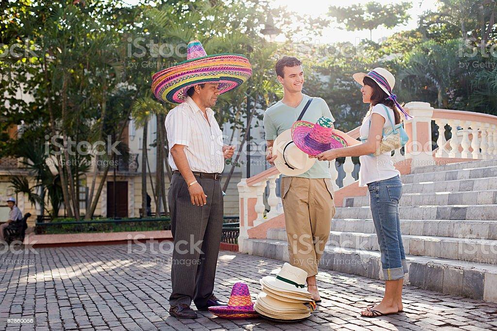 Para i człowiek sprzedaży kapelusze zbiór zdjęć royalty-free