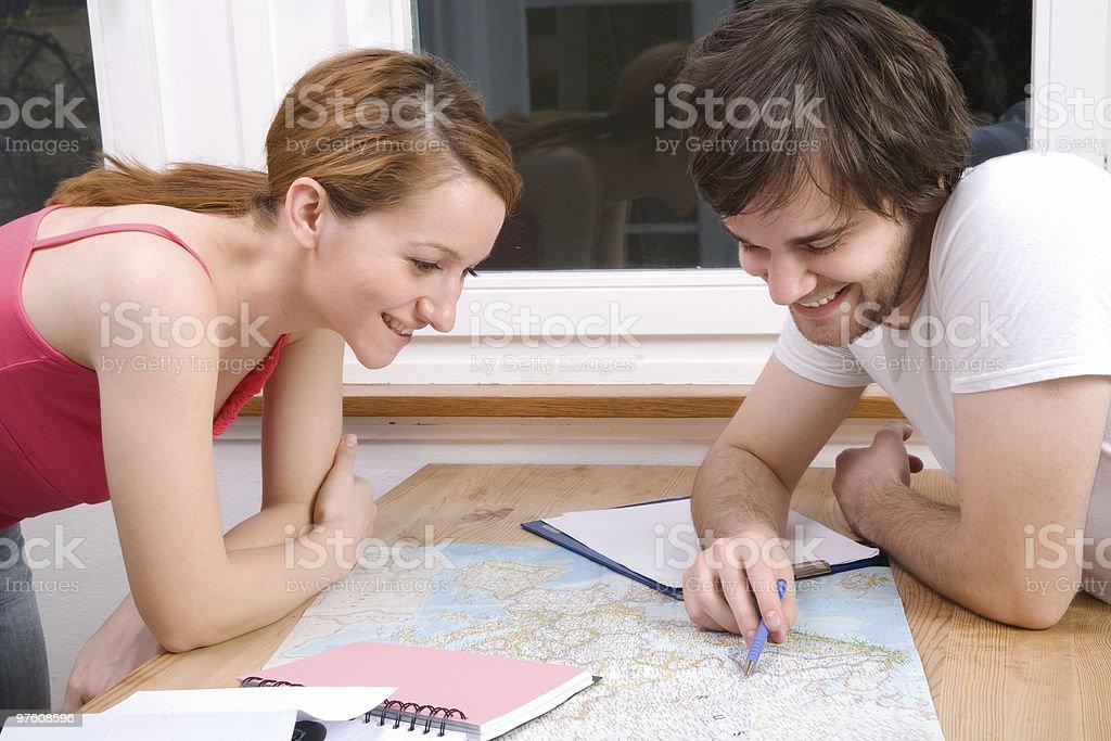 Couple and Map royaltyfri bildbanksbilder