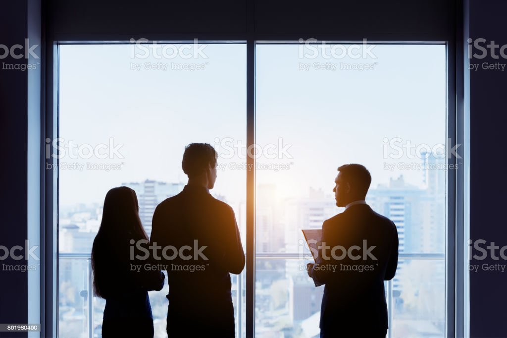 Concepto de reparto de ventana pareja y agente de bienes raíces - foto de stock