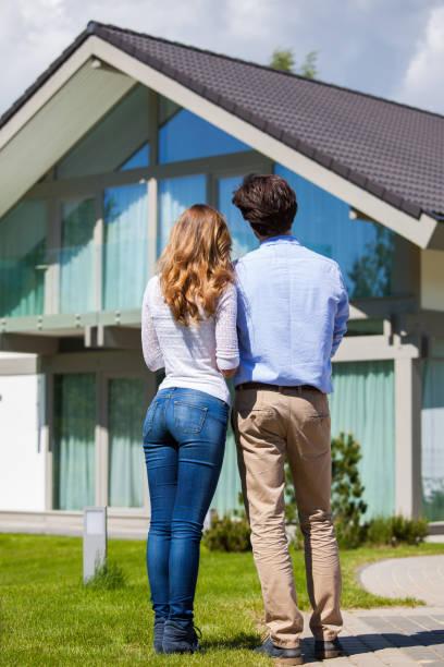 Couple et leur maison - Photo