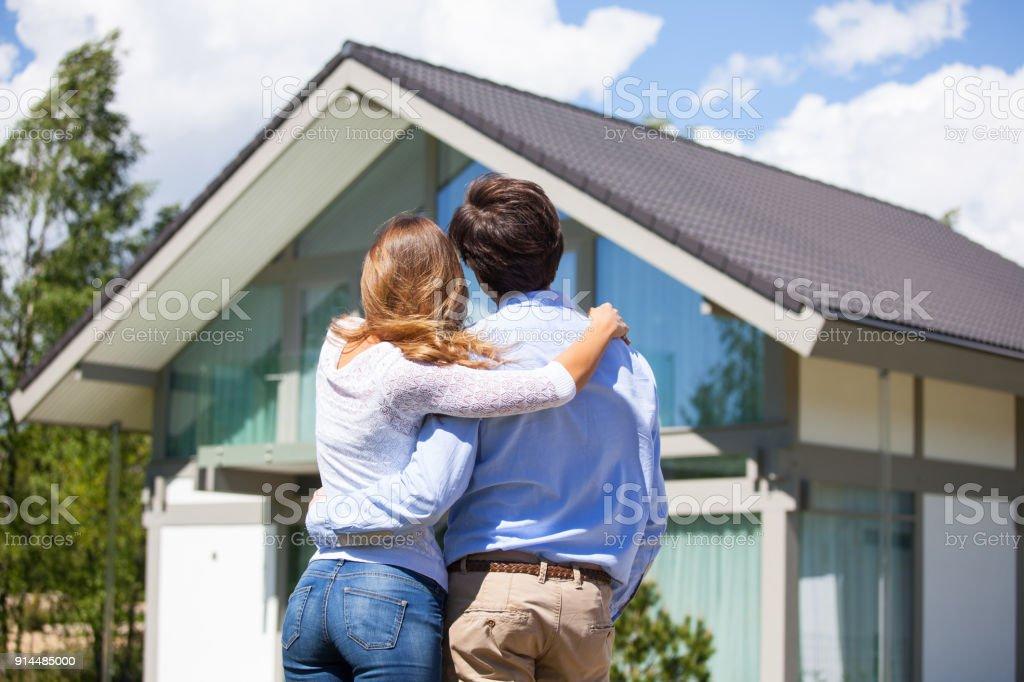 Paar und ihr Haus – Foto
