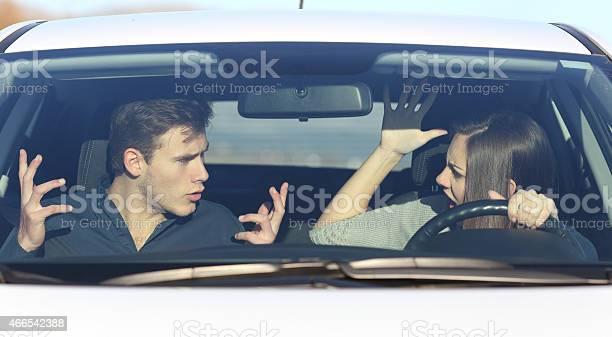 Pareja Discutiendo Mientras Que Es Conducir Un Vehículo Foto de stock y más banco de imágenes de 2015