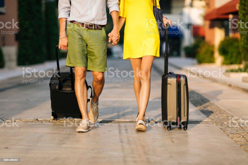 Couple qui arrivent à leur destination de vacances - Photo