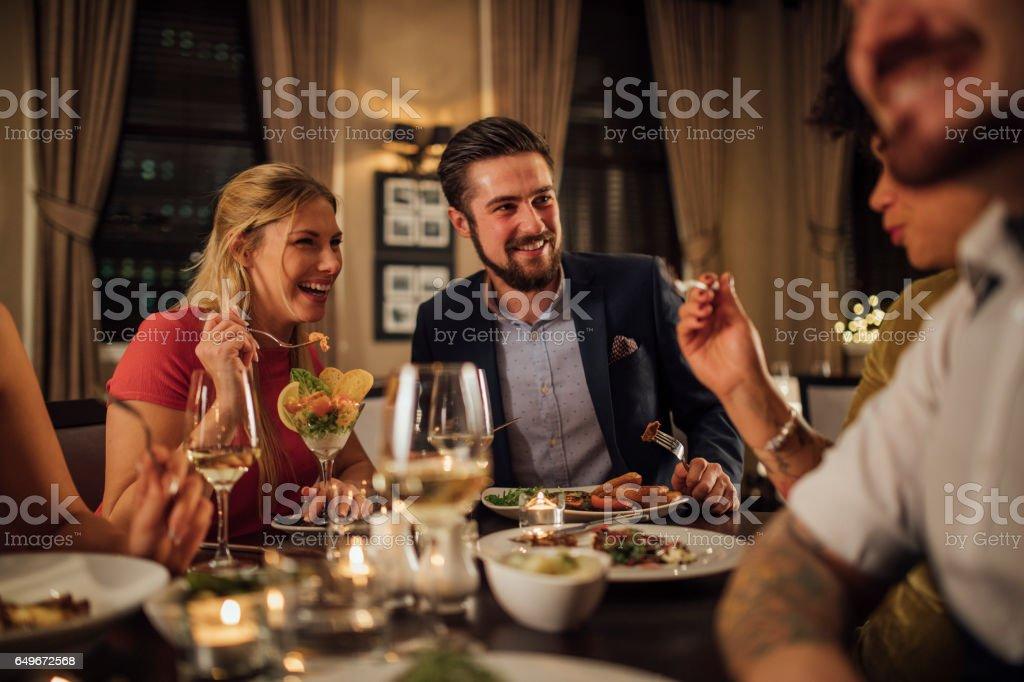 レストランの食事でのカップル ストックフォト