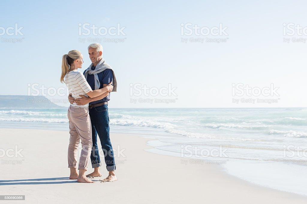 Paar am Strand genießen – Foto