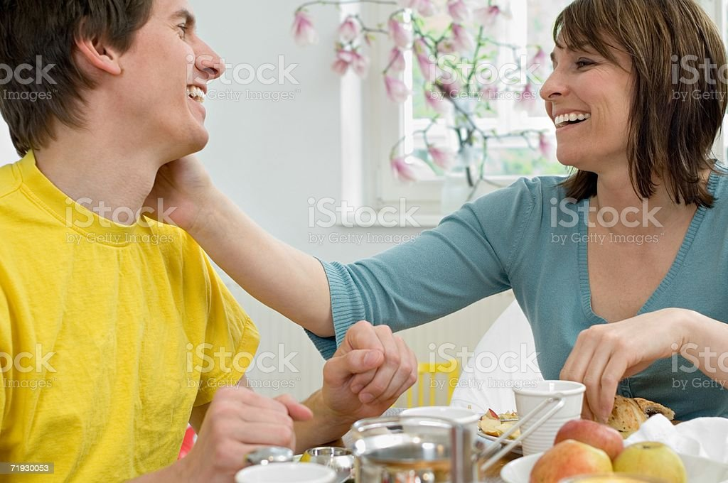 Casal com Mesa de pequeno-almoço foto de stock royalty-free