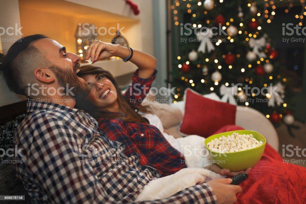 Genießen Sie zu zweit am Heiligabend mit Popcorn während des Fernsehens – Foto