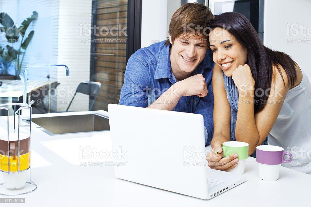 Paar mit laptop zu Hause. - Lizenzfrei 30-34 Jahre Stock-Foto