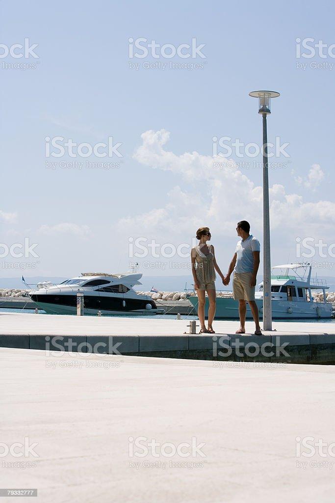 Casal na marina foto de stock royalty-free