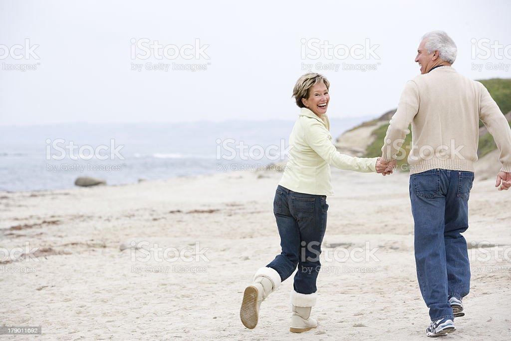 Paar am Strand Hände halten und Lächeln – Foto