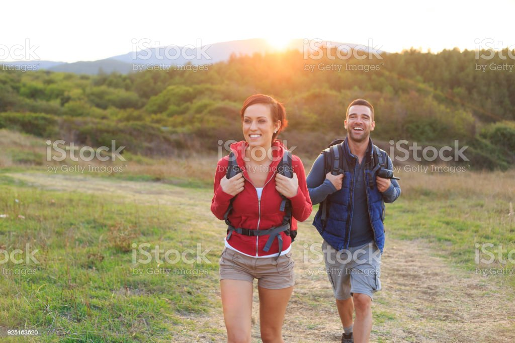 Paar Rucksacktouristen Wandern in der Natur – Foto