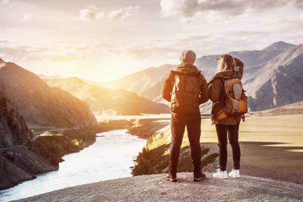 paar backpackers reizen bergen concept - altai nature reserve stockfoto's en -beelden