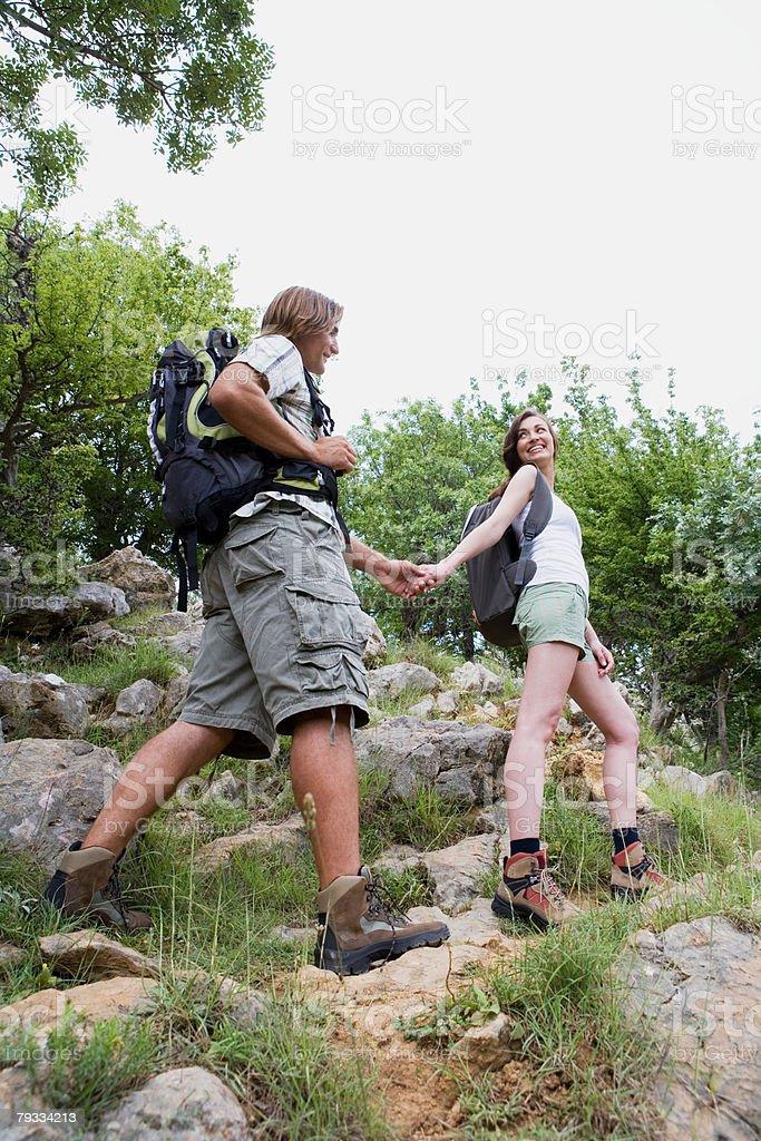 Casal em caminhada na natureza foto de stock royalty-free