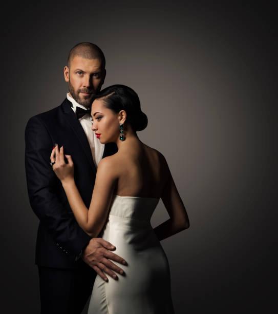 paar beauty portrait, gut gekleidet gut aussehender mann in anzug, elegante frau im weißen kleid - bräutigam anzug vintage stock-fotos und bilder