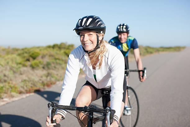 paar reiten fahrräder in entlegenen gegend - 35 39 jahre stock-fotos und bilder