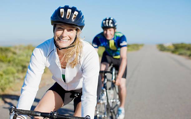 couple bike riding in remote area - 30 39 jaar stockfoto's en -beelden