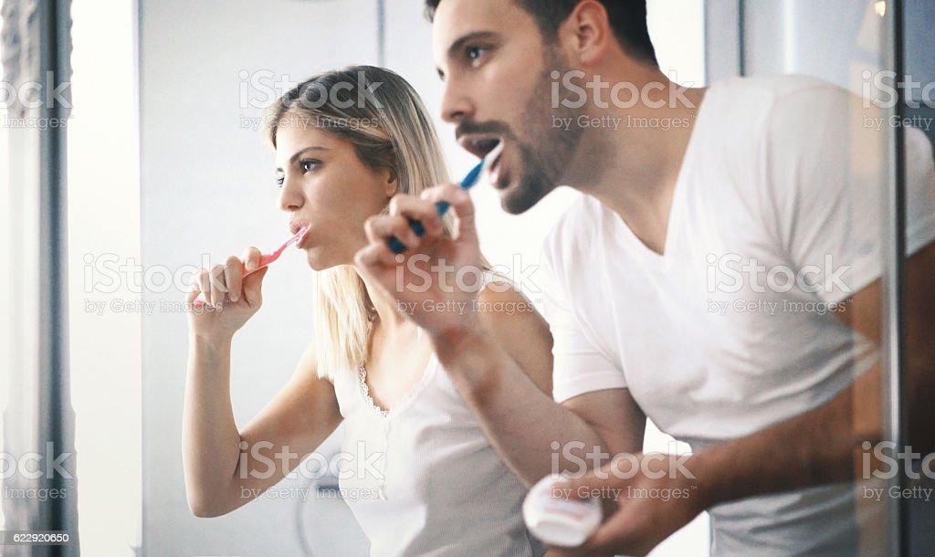 Paar Zähne putzen in den Tag.   - Lizenzfrei Badezimmer Stock-Foto