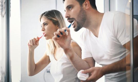 Paar Zähne Putzen In Den Tag Stockfoto und mehr Bilder von Badezimmer