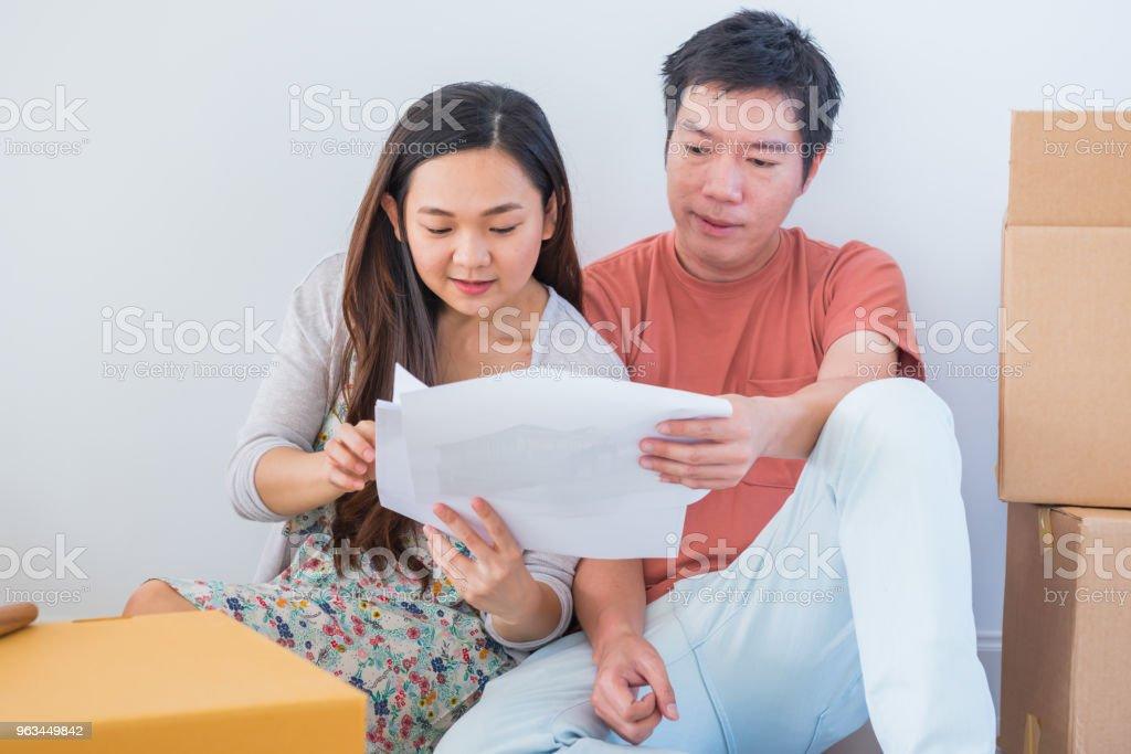 Couple acheter une nouvelle maison. Rabotage pour décorer la nouvelle maison. - Photo de Acheter libre de droits
