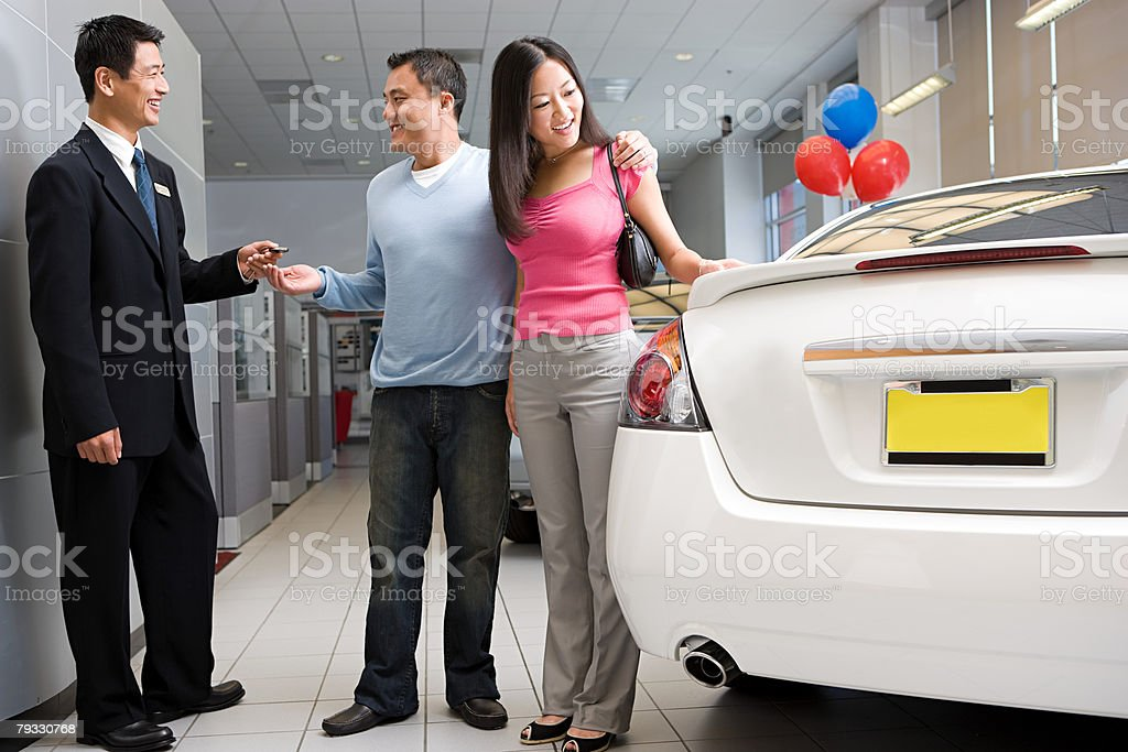 Couple buying car 免版稅 stock photo