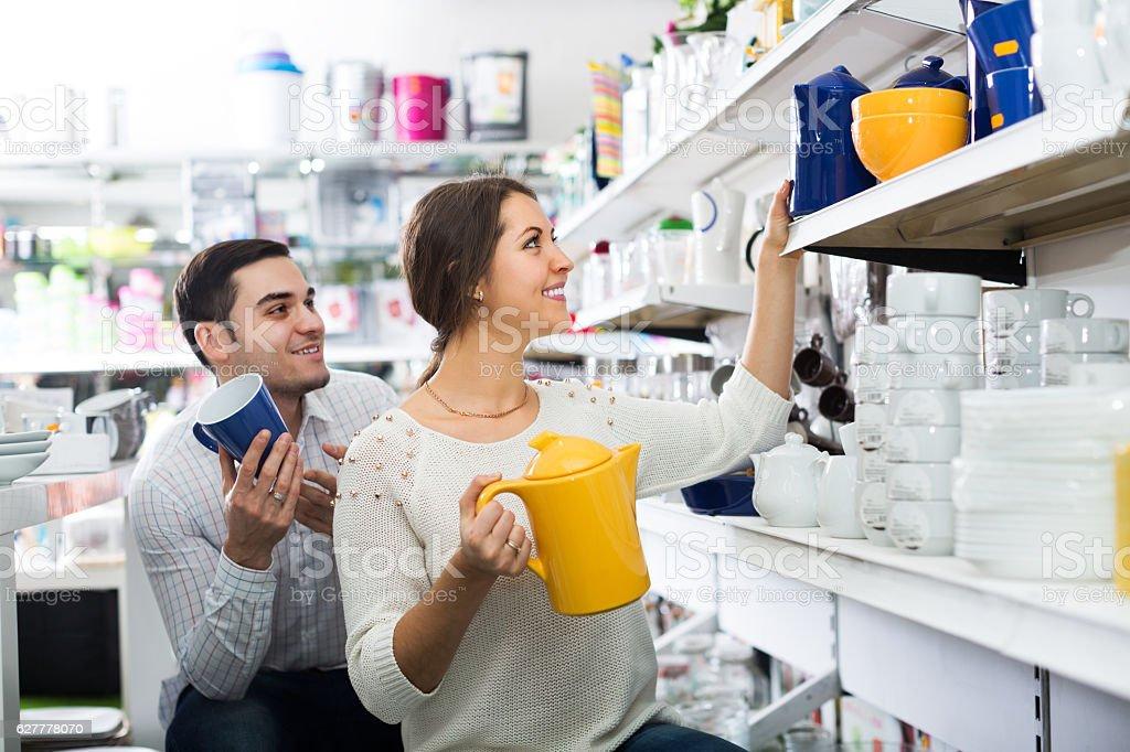 Couple buying ceramic - foto de acervo