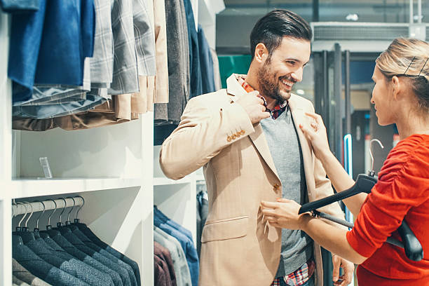 Couple acheter des vêtements au magasin. - Photo