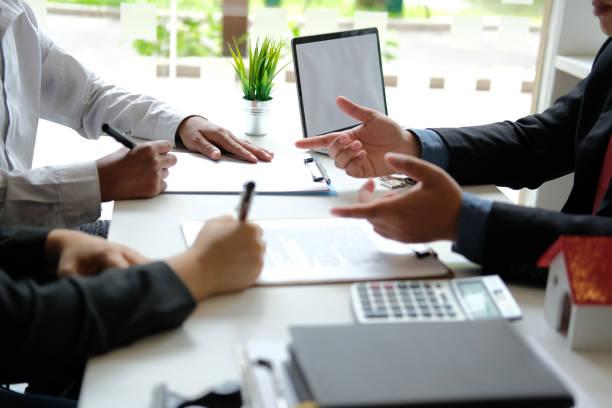 coppia che acquista casa in affitto firma contratto di mutuo con agente immobiliare immobiliare. - banca foto e immagini stock