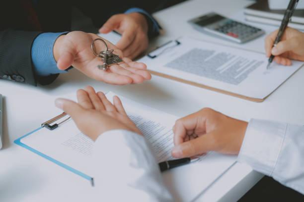 Paar Kauf Miethaus Unterzeichnung Hypothek Vertrag mit Immobilienmakler Immobilienmakler. – Foto