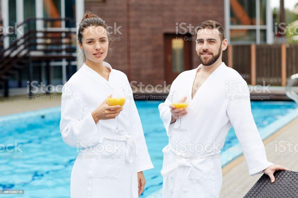 スイミング プールでカップル ストックフォト