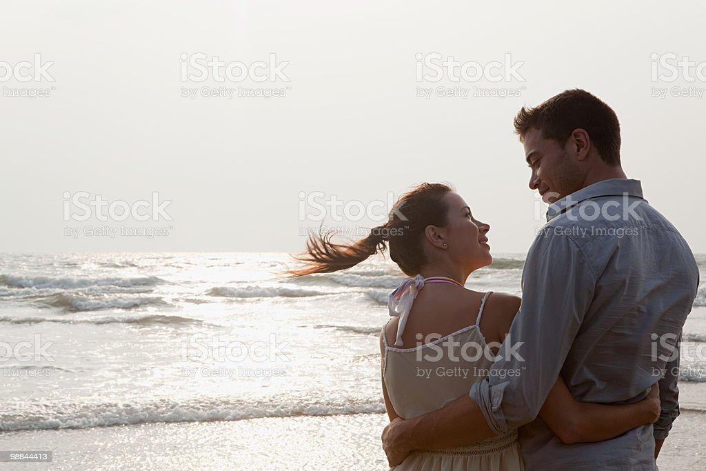 Casal na praia foto royalty-free