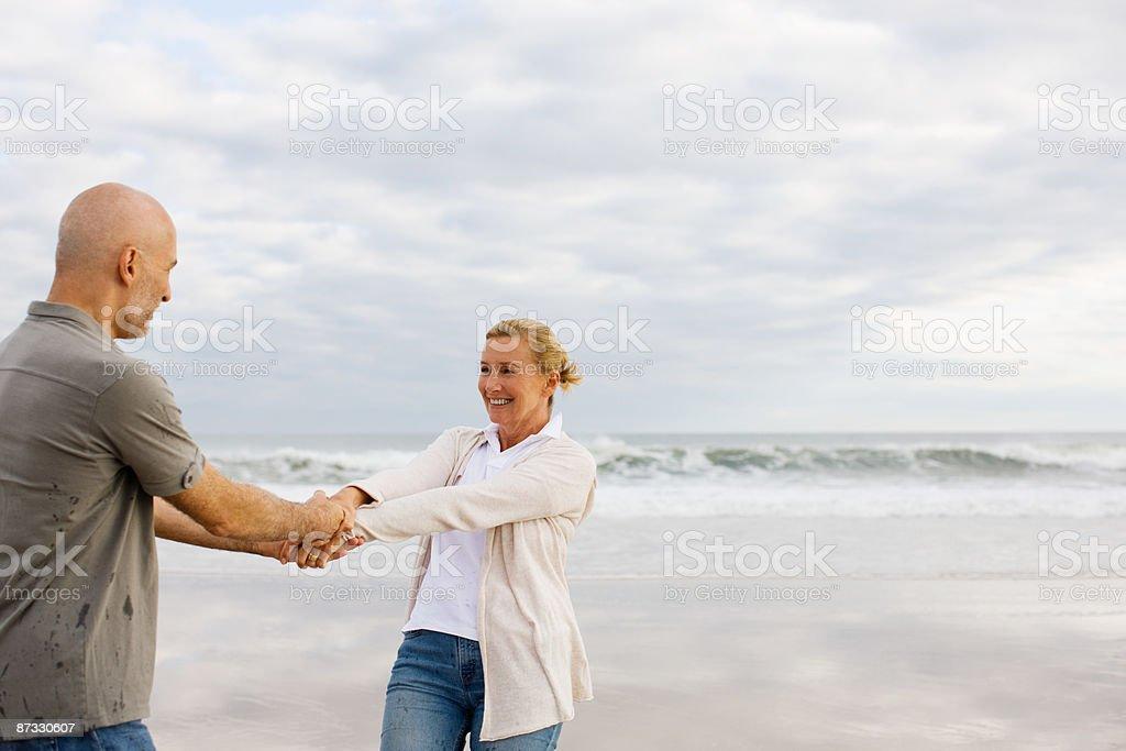 Couple au bord de la mer photo libre de droits
