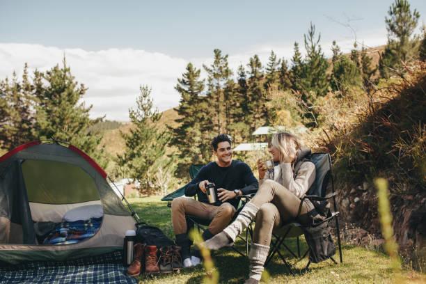 森でのキャンプのカップル - 自然旅行 ストックフォトと画像