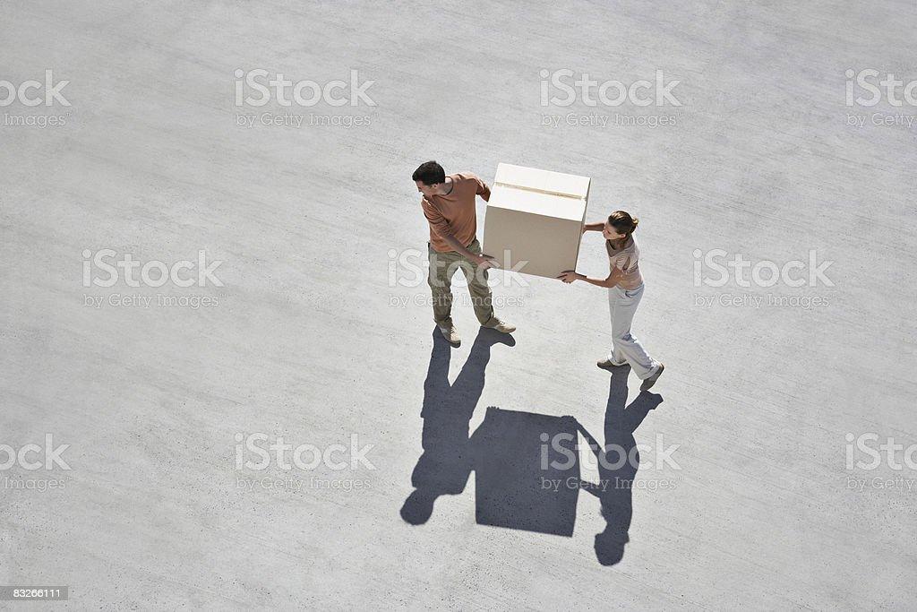 Couple carrying box royalty free stockfoto