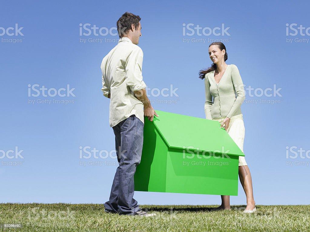 Paar tragen kleine model house – Foto