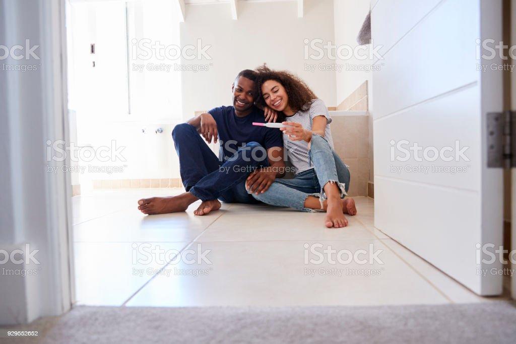 Pareja celebrando el resultado de la prueba de embarazo positiva Inicio - foto de stock