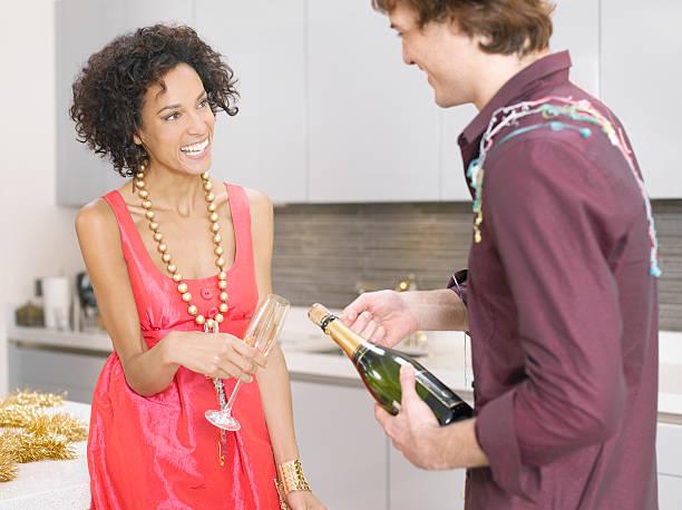 paar feiert mit champagner - jamaikanische party stock-fotos und bilder