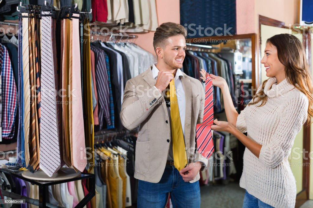the best attitude 66502 450e5 Paar Neue Wahl Binden In Männer Kleidung Shop Stockfoto und ...