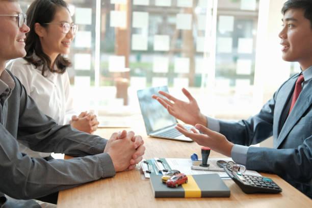 Paar Beratung Anwalt über den Kauf Vermietung Haus auto. Versicherungsmakler Finanzberater, der Kunden rechtlich berät – Foto
